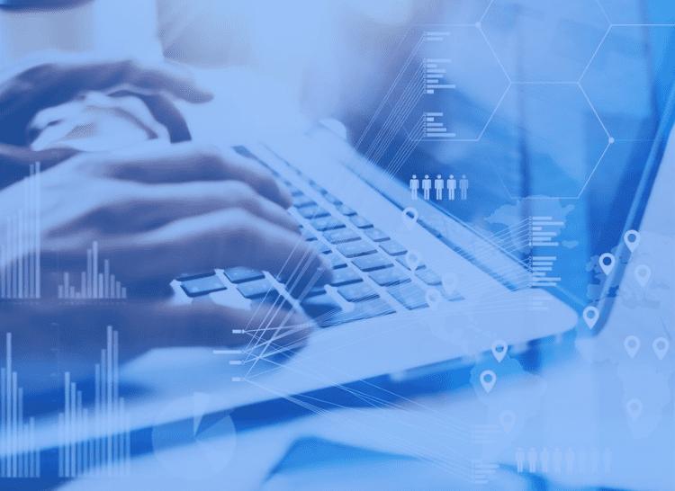 Foto de uma mão digitando no computador com texto em destaque: Ferramenta de automatização de fluxos de trabalho- Conheça 7 recursos essenciais