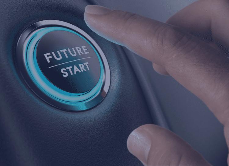 Na imagem vemos uma tecla redonda, há também uma mão com o dedo indicador direcionado para apertar o botão. No botão está escrito Future -start. A modelagem to be é a representação do futuro dos processos, por isso a referência.