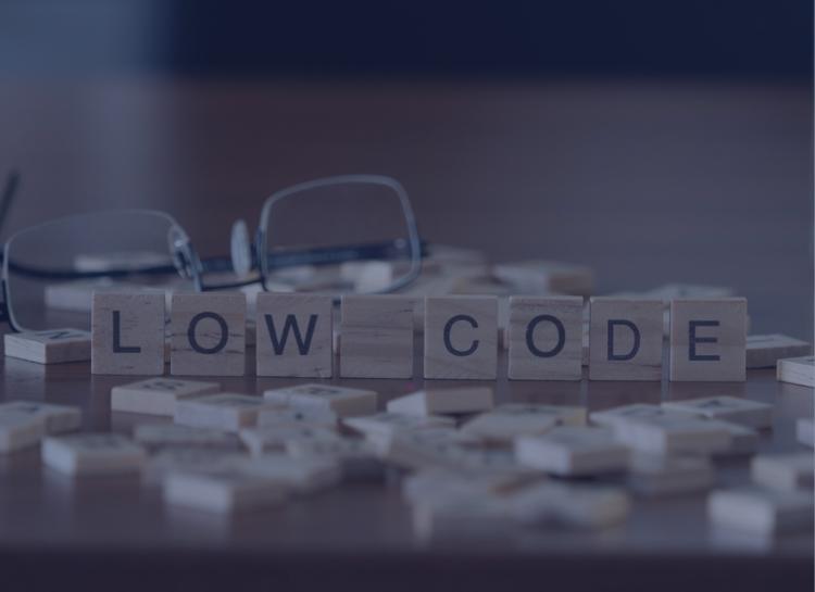 na imagem vemos peças de um jogo de letrinhas formando a palavra low code